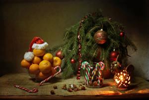 Фотографии Новый год Натюрморт Мандарины Сладости Орехи Ветки Шар Шапки Фонарь Еда