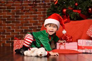 Картинка Рождество Стена Мальчик В шапке Униформе Подарков Взгляд Дети