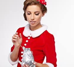 Фотографии Рождество Белый фон Шатенка Подарки Девушки