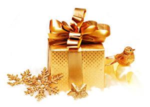Фото Рождество Белый фон Подарки Бантик Снежинки Золотой