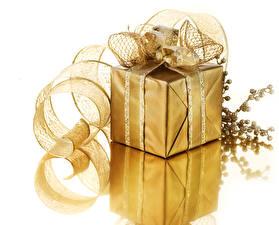 Картинка Новый год Белый фон Подарки Ленточка Ветки Золотой