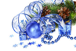 Фото Рождество Белый фон Шишки Шар Ленточка Снежинки