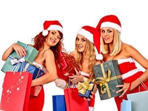 Фотография Новый год Белый фон Втроем Шапки Подарки Улыбка Взгляд Девушки