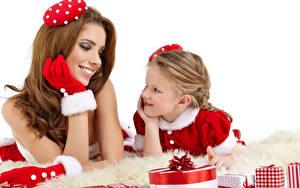 Обои Новый год Белом фоне Два Шатенки Перчатках Девочка Подарок Улыбка ребёнок Девушки