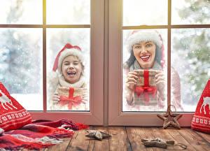 Фотографии Новый год Окно Вдвоем Девочки Счастье Шапки Подарки Ребёнок Девушки
