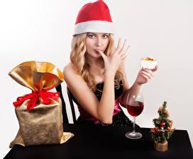 Картинка Рождество Вино Блондинка Шапки Подарки Руки Бокалы Девушки