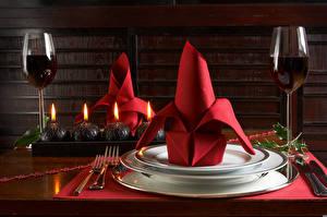 Картинки Рождество Вино Свечи Накрытия стола Тарелка Бокалы Вилка столовая Пища