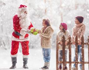 Фотография Новый год Зима Снегу Забор Санта-Клаус Мальчишки Девочка Подарки Униформе Шапки ребёнок