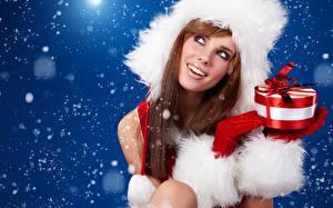 Картинки Рождество Шапки Подарки Бантик Шатенка Улыбка Девушки