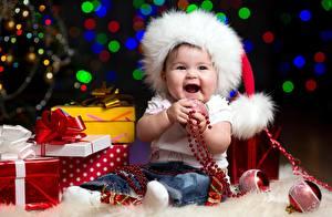 Фотография Рождество Шапки Грудной ребёнок Сидит Шарики Подарки Бантик Радость Дети