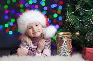 Фото Рождество Шапки Девочки Улыбка Смотрит Свитер Дети
