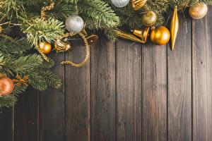 Обои Новый год Доски На ветке Шарики Колокольчики
