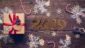 Обои Новый год Доски Подарки 2019 Шишки Снежинки