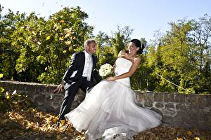 Фотографии Любовники Мужчины Осенние Букеты Жених Невеста Листва Платье Радость