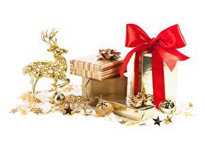 Фотография Олени Белый фон Шарики Звездочки Подарков Бантики Золотой
