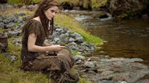Картинки Emma Watson Камни Взгляд Сидит Ручей Noah Знаменитости Девушки