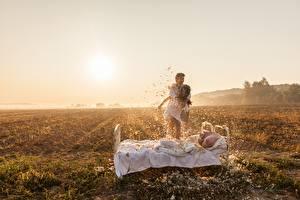 Картинки Поля Мужчины Перья Солнца Кровать Двое Радость Природа