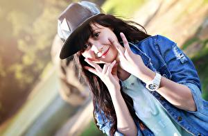 Обои Пальцы Часы Наручные часы Брюнетка Кепка Взгляд Руки Девушки