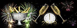 Фотографии Фейерверк Часы Новый год Игристое вино Черный фон Бутылка Бокалы