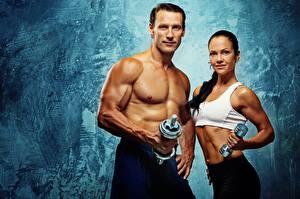 Картинки Фитнес Мужчина Двое Смотрит Мускулы Гантели Спорт