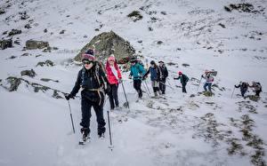 Фотографии Франция Горы Камни Альпинизм Снега Идет Шапки Очки Bouleste, Pyrenees Природа