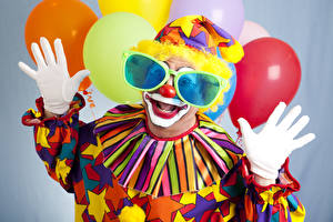 Обои Праздники Мужчина Клоун Униформа Воздушным шариком Очки Руки Перчатки