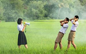 Картинки Мужчины Азиатки Трава Втроем Брюнетки Громкоговоритель Шорты Девушки