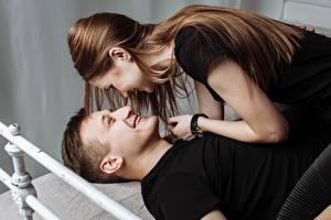 Картинка Мужчина Любовники 2 Шатенки Улыбка молодая женщина