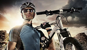 Фото Мужчина Шлем Очки Велосипеде Униформе спортивная