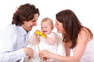 Картинки Мужчины Три Младенец Радостная Шатенки Семья Дети Девушки