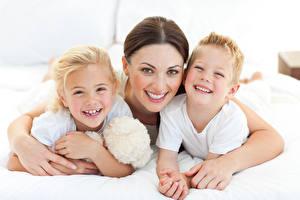 Картинки Мама Шатенки Взгляд Объятие Три Смех Мальчик Девочка ребёнок Девушки