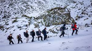 Фото Горы Зима Мужчины Камень Альпинизм Снега Очках Прогулка Природа