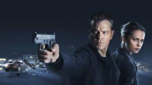 Фото Пистолеты Мужчины Matt Damon Двое Взгляд Jason Bourne, Alicia Vikander Кино Знаменитости