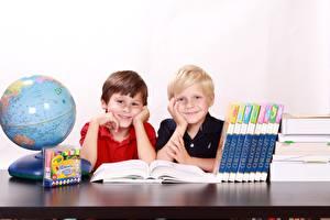 Фотографии Школа Глобус Мальчики Книга Двое Сидя Улыбка ребёнок