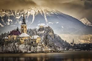 Обои Словения Зимние Горы Озеро Замки Альпы Снеге Скала Lake Bled, Bled castle Природа