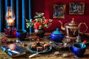 Обои Натюрморт Керосиновая лампа Рябина Пирожное Чайник Ваза Книга Чашка Тарелка Очки Пища