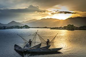 Фотографии Рассветы и закаты Горы Азиаты Лодки Рыбалка Двое Шляпа