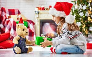 Фотографии Мишки Новый год Подарки Девочки Улыбка Шапки Сидит Свитер Дети