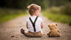 Картинки Плюшевый мишка Тропы Вдвоем Сидя Мальчишка Сзади ребёнок