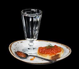 Фотография Водка Бутерброды Морепродукты Икра На черном фоне Тарелке Рюмки Ложки Еда