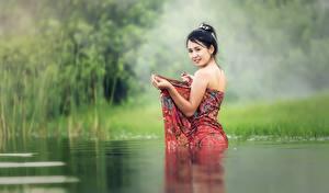 Картинка Вода Азиаты Трава Брюнетка Смотрит
