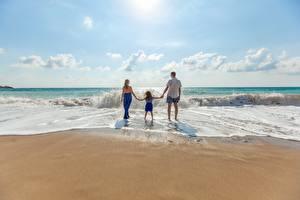 Фотографии Волны Мужчина Пляж Вид сзади Втроем Девочка Дети