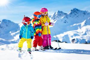 Фотография Зима Лыжный спорт Мальчишки Девочки Втроем Снег В шлеме Очки ребёнок
