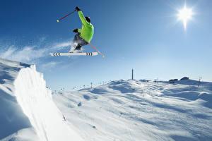 Картинки Зима Лыжный спорт Мужчина Снегу Прыгать спортивные