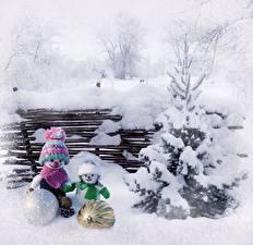 Картинки Зимние Снег Ель Снеговики 2 Шар Шапки Шарф