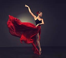 Фото Шатенка Танцуют Юбка Руки Балета молодые женщины