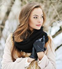 Картинки Шатенка Шарф Перчатках молодая женщина