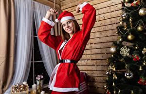 Фото Рождество Новогодняя ёлка Шапки Униформа Улыбка Девушки