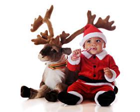 Картинка Рождество Олени Белый фон Грудной ребёнок Мальчики Униформа Рога Смотрит