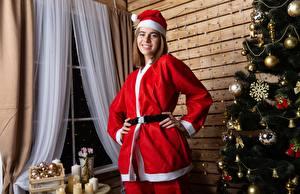 Картинки Рождество Униформе Шапки Улыбка Елка Шарики Девушки